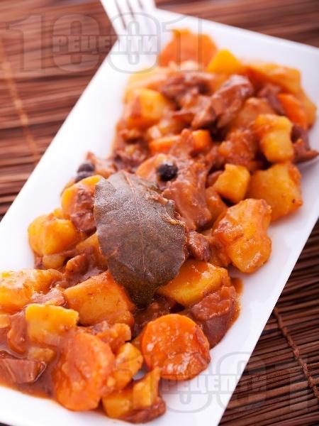 Вкусно заешко задушено по средиземноморски с картофи, моркови, домат и червено вино в тенджера - снимка на рецептата